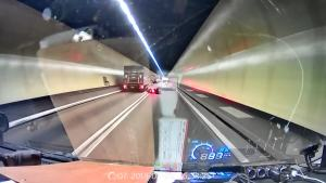 隧道撞完摩托车逃逸,抱打不平的片主追上去帮摩托车
