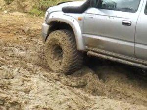 Hilux在泥地中拖行