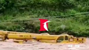 吊车河道施工突发大水 司机靠一根绳子被救起