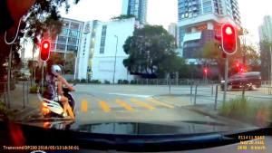 女片主不满摩托车顶住,即刻地板油爬头