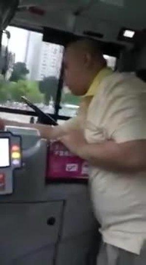 光头哥你在对我的公交车做什么