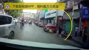 女司机倒车猛撞3人,母亲爬起护女