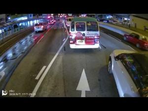 女司机变道撞了,还这么凶呀