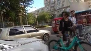 男子非机动车道等红灯 女司机疯狂按喇叭 教孩子对骂