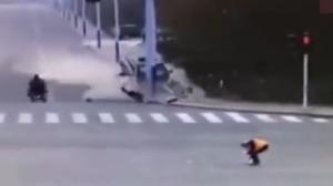 小车猛撞红绿灯车头全碎 环卫工被吓倒在地