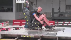 奔驰E300L碰撞测试解析,事故中会对乘员的头颈