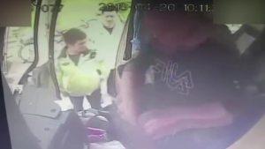 男子公交坐过站,抢夺司机方向盘被后排乘客一脚飞踹