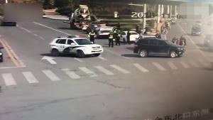 男子开车连撞民警3次,1名辅警受伤