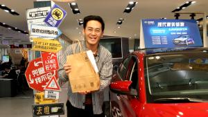客户进店要买法拉利,销售员竟推荐了一款12万元的车