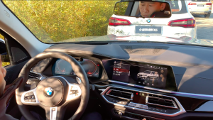全新BMW X5自动泊出功能展示 全程不用手脚