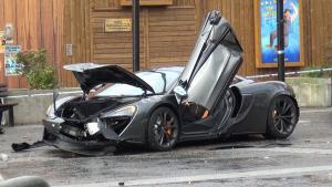 迈凯伦570S伦敦街头狂飙失控撞车!300万的豪车没了