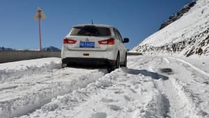 两驱三菱劲炫海拔4千米遇见冰雪路,显然不是佛系车主
