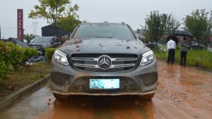 开着百万级的奔驰GLS,在泥地里打滚,不换胎照样撒野