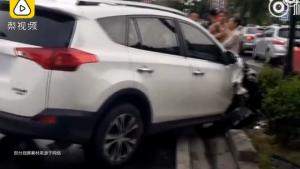 女子撞歪灯杆不下车 对交警说:摊上多大事我知道