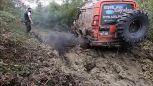 超过半米的泥坑!路虎能过去吗!看老司机一脚油门