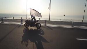 骑摩托车开到400kmh,一不注意车毁人亡