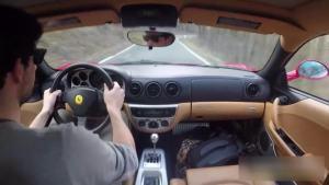 这样的地方驾驶这样一台法拉利,不知道是多少人的梦