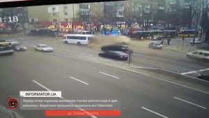 追尾前方大卡车 前脸面目全非起火
