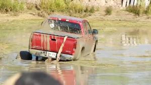 下泥地的一瞬间 展示了大脚越野车的实力