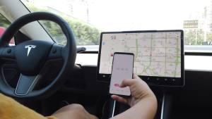 特斯拉model 3自动驾驶双手离开方向盘警告