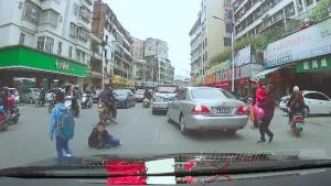 摩托车撞倒小学生后,竟然跑了?