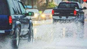 暴雨天气开车,车上这几个按键作用大,新手搞清楚了不吃亏