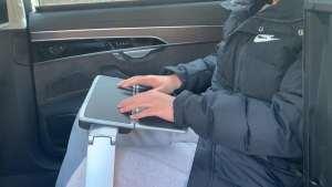 奥迪A8L后排隐藏办公桌,折叠设计更方便