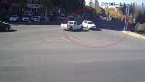 白色轿车转弯未让行,与白色皮卡相撞