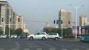 左拐灯由绿变红,已在待转区内的车该怎么走?