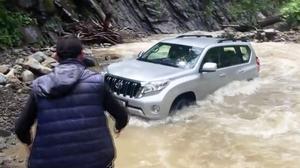 超级牛掰 丰田普拉多湍急河流中涉水
