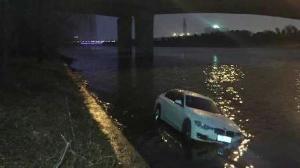 宝马轿车飞驰在乡间小路,弯道失控冲入河中!