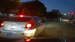 压黄线被撞 视频车的错?