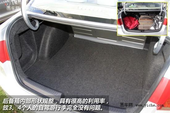 两款车型车内都有丰富的储物空间,例如前后车门内饰的空间都比较大,至少可以放两瓶550ml的水。车内都设计了卡槽,只是布局形式稍微有些区别。桑塔纳的中央扶手下储物格比较狭长,朗逸的前排中央扶手下的储物格比较深。排挡座上都有杯槽,桑塔纳的杯槽位于变速箱手柄前面,而朗逸的位于变速箱手柄后面。两款车型的手套箱设计都比较特殊,桑塔纳手套箱比较深,里面有卡槽和笔架,朗逸同样比较注重细节,里面有一个储物槽,不过这种布局影响到内部的空间,没有桑塔纳手套箱的空间实用。